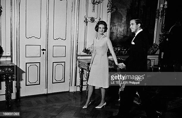 King Constantine Ii Of Greece And Princess AnneMarie Of Denmark Le 9 septembre 1964 la princesse AnneMarie du Danemark tient la main du roi...