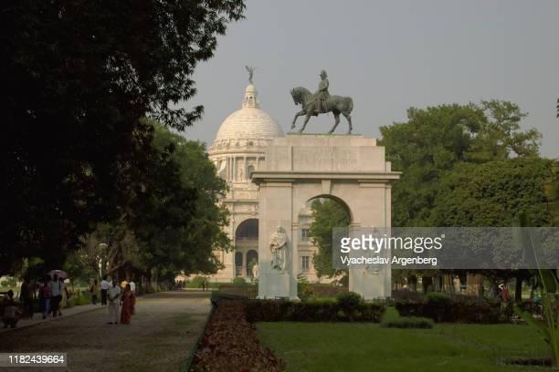 king edward vii arch in the victoria memorial gardens, calcutta - argenberg fotografías e imágenes de stock