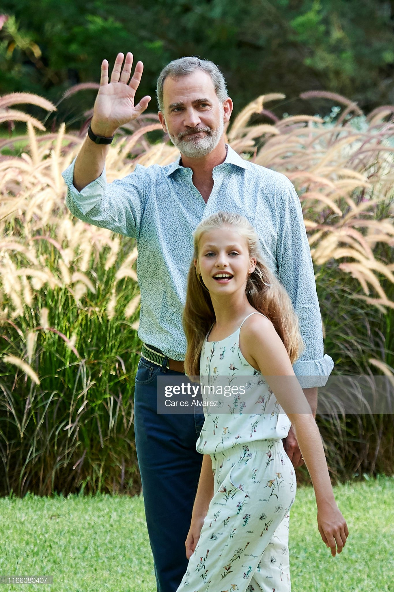 king-felipe-vi-of-spain-and-princess-leonor-of-spain-pose-for-the-picture-id1166080407