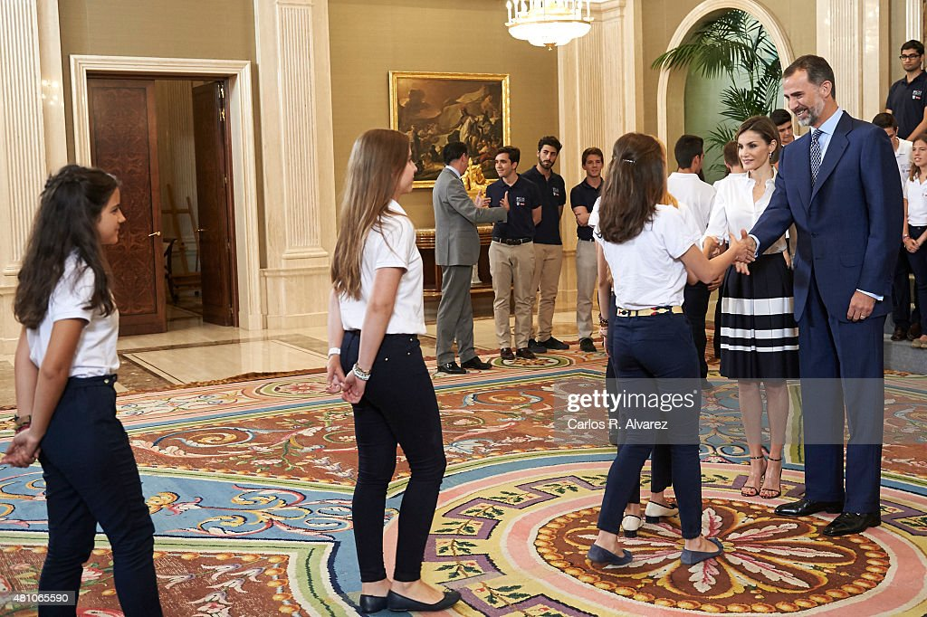 Spanish Royals Meet 'Europa Scholarship' Pupils : Fotografía de noticias