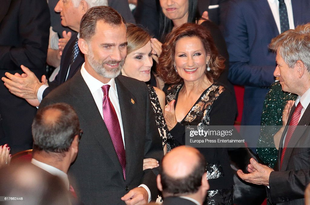 King Felipe VI of Spain (L), Queen Letizia of Spain (2L) and her mother Paloma Rocasolano (2R) attend the Princesa de Asturias Awards 2016 ceremony at the Campoamor Theater on October 21, 2016 in Oviedo, Spain. (Photo by Carlos R. Alvar on October 21, 2016 in Oviedo, Spain.