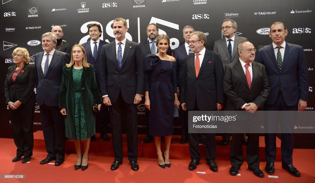 King Felipe VI of Spain (4th L), Queen Letizia of Spain (4th R) and Juan Luis Cebrian 3rd R) pose for a group picture during the 'As del Deporte' and 'As' sports newspaper 50th anniversary dinner at the Palacio de Cibeles on December 4, 2017 in Madrid, Spain.