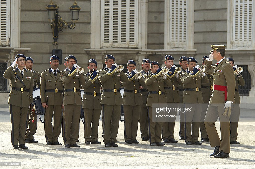 King Felipe VI and Queen Letizia Receive Armed Forces and Guardia Civil : News Photo