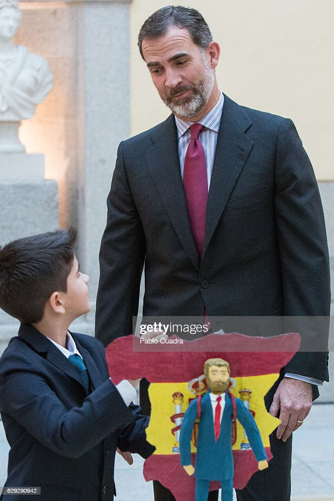 King Felipe VI Of Spain Receives 'Que Es Un Rey Para Ti' Competition Winners : Nachrichtenfoto