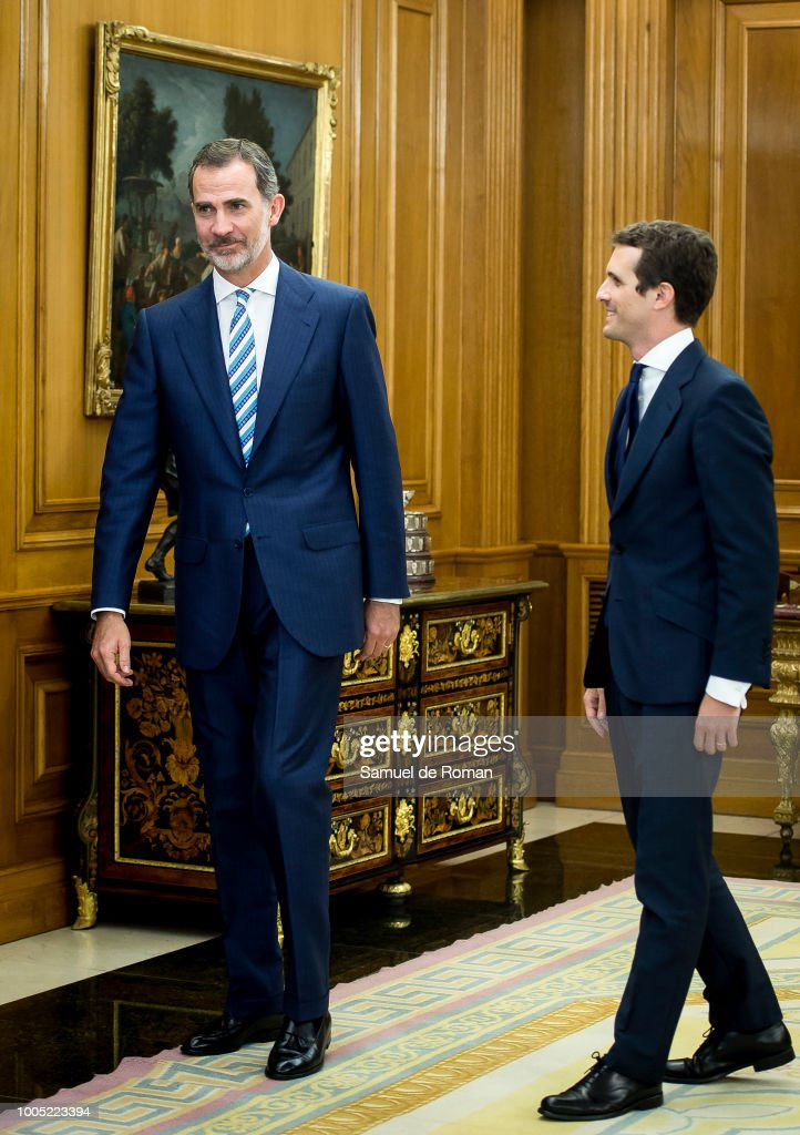 ¿Cuánto mide Pablo Casado?  - Estatura real: 1,77 - Página 4 King-felipe-vi-of-spain-receives-the-new-president-of-the-popular-picture-id1005223394