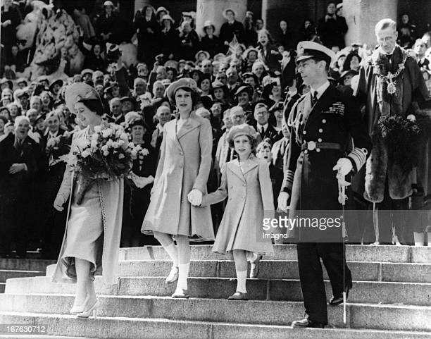 King Georg VI of England his wife Elizabeth and the princesses Elizabeth and Margaret in Portsmouth Great Britain Photograph May 6th 1939 König Georg...