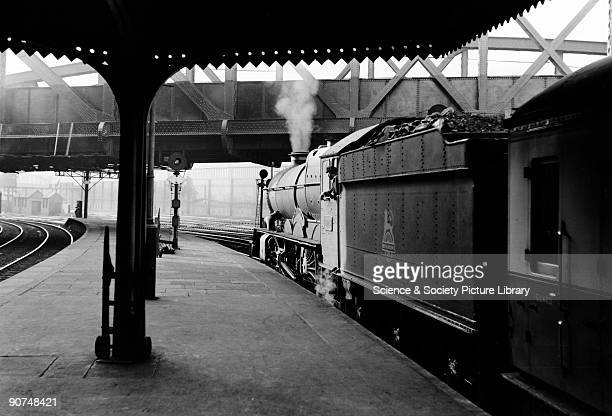 King George I' steam locomotive Paddington station London c 1950s The driver leans from the cab of this King Class locomotive No 6006 as it waits on...
