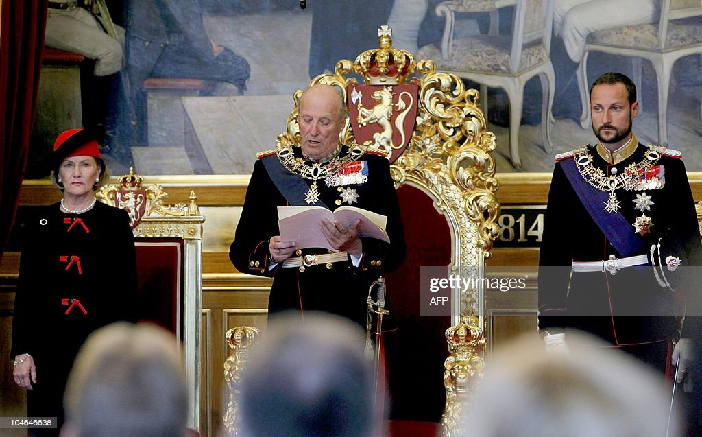 King Harald (C) of Norway flanked by Que : News Photo