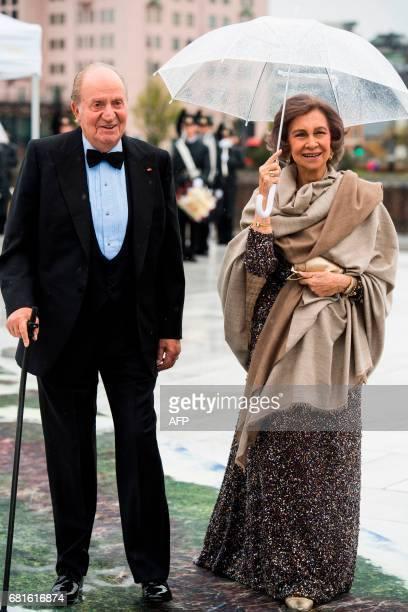 King Juan Carlos and Queen Sofia of Spain arrive for a gala dinner at the Operahouse in Oslo on May 10 2017 in celebration of the 80th bithdays of...