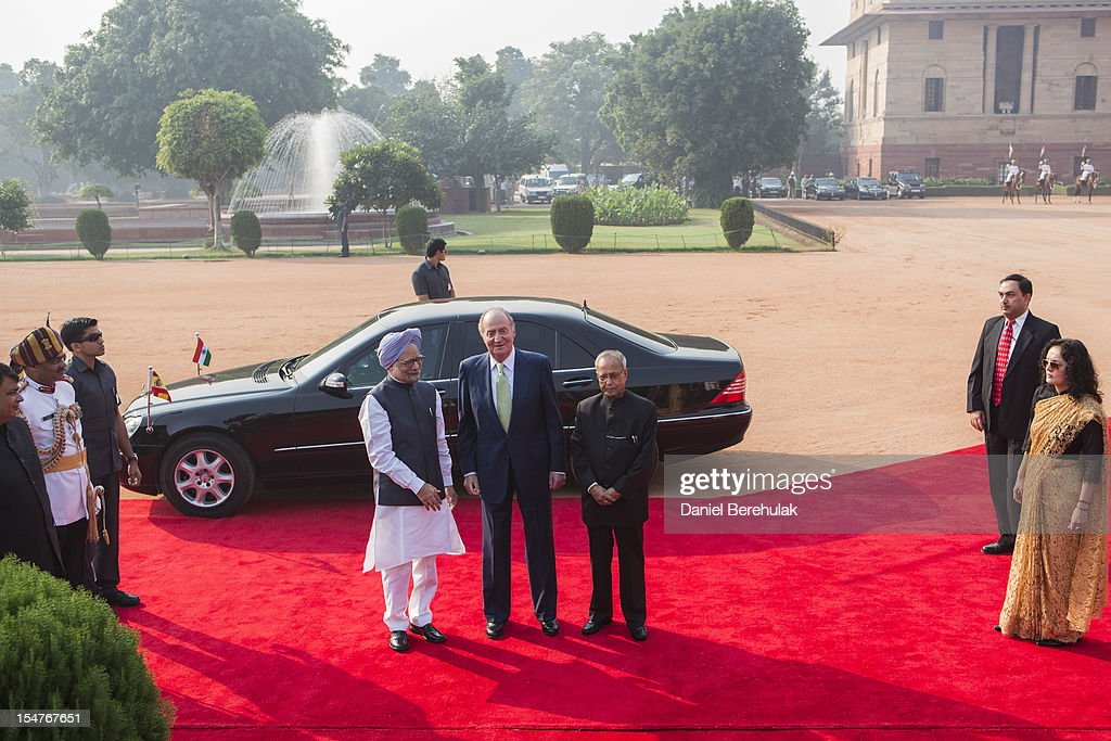 King Juan Carlos I of Spain poses with Indian Prime Minister Manmohan Singh and Indian President Pranab Mukherjee during his ceremonial reception at Rashtrapati Bhavan, the Presidential Palace, during the third day of his State Visit to India, on October 26, 2012 in New Delhi, India. His Majesty is in India from 24-27 of October visiting Mumbai and Delhi, and is expected to build upon the relations and trade between the 2 countries during his visit. India and Spain's bilateral trade last year was worth almost USD5 billion.