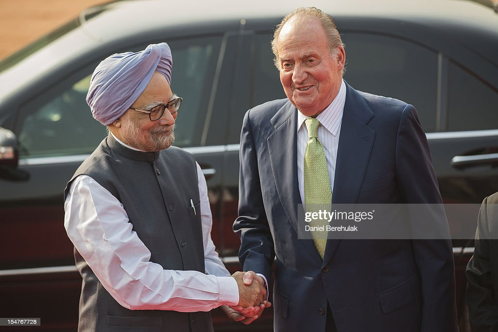 King Juan Carlos I of Spain shakes hands with Indian Prime Minister Manmohan Singh during his ceremonial reception at Rashtrapati Bhavan, the Presidential Palace, during the third day of his State Visit to India, on October 26, 2012 in New Delhi, India. His Majesty is in India from 24-27 of October visiting Mumbai and Delhi, and is expected to build upon the relations and trade between the 2 countries during his visit. India and Spain's bilateral trade last year was worth almost USD5 billion.
