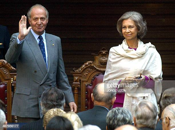 King Juan Carlos of Spain and Queen Sofia wave goodbye to wellwishers at the end of a ceremony at the college of San Idelfonso in Mexico City 19...