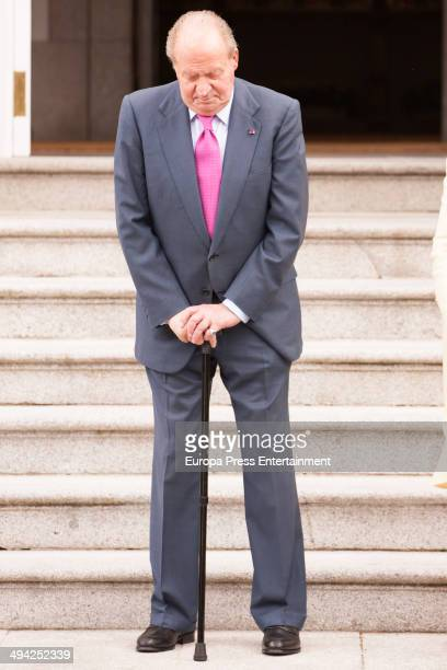 King Juan Carlos of Spain waits to president of Panama Ricardo Martinelli and wife Marta Linares at Zarzuela Palace on May 28 2014 in Madrid Spain