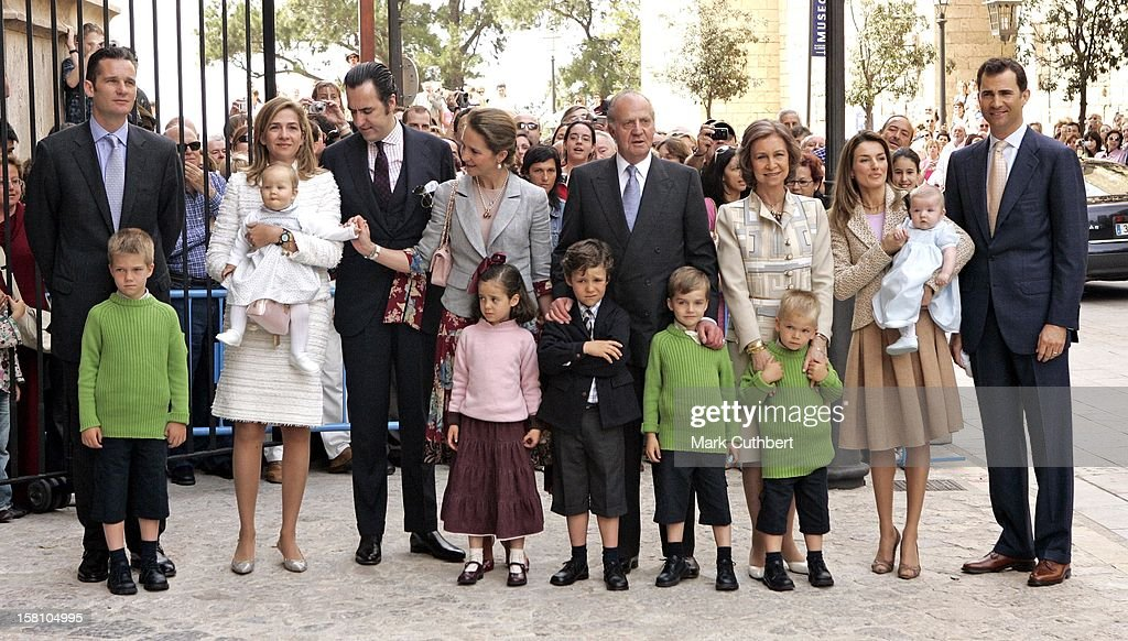 The Spanish Royal Family Attend An Easter Service At Palma Cathedral : News Photo
