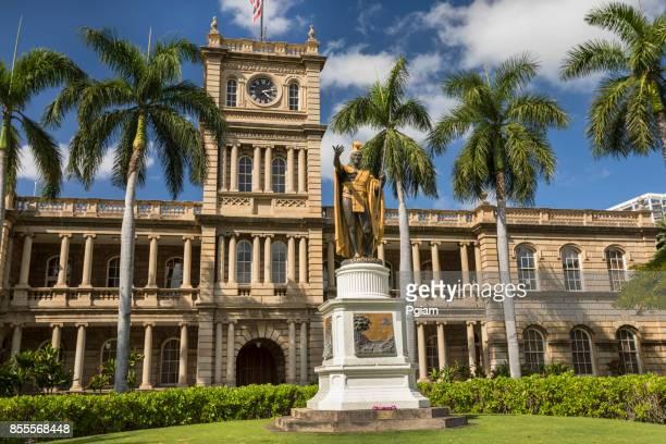 king kamehameha statue in honolulu hawaii usa - media_in_honolulu,_hawaii stock pictures, royalty-free photos & images