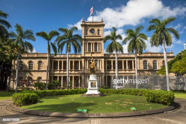 king kamehameha statue in honolulu hawaii usa - waikiki stock pictures, royalty-free photos & images