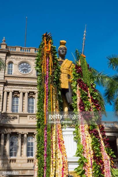 king kamehameha statue with lei, honolulu, oahu, hawaii - hawaiian lei stock pictures, royalty-free photos & images