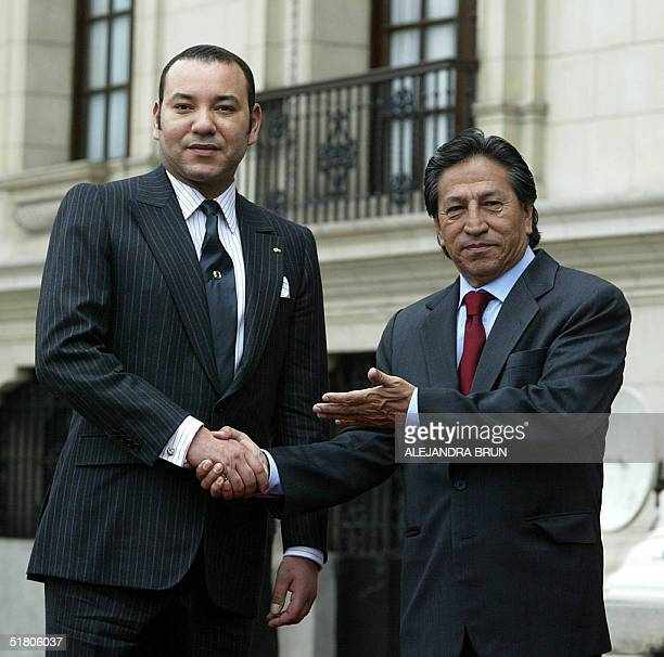 King Mohammed VI of Morocco and Peruvian President Alejandro Toledo pose at the presidential palace 30 November 2004 in Lima The king visits Peru as...