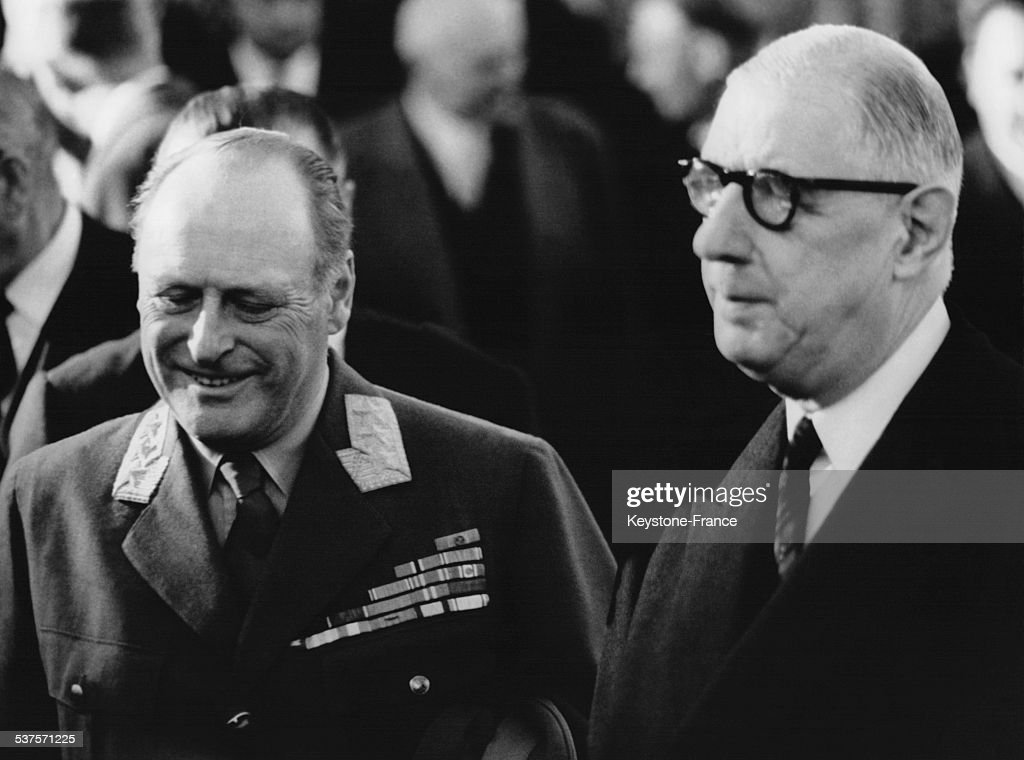 King Olav V is welcomed by General de Gaulle in the lounge to honor the Austerlitz station, on September 26, 1962 in Paris, France.