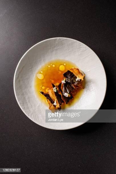 king oyster mushroom with tempe - prato de soja - fotografias e filmes do acervo