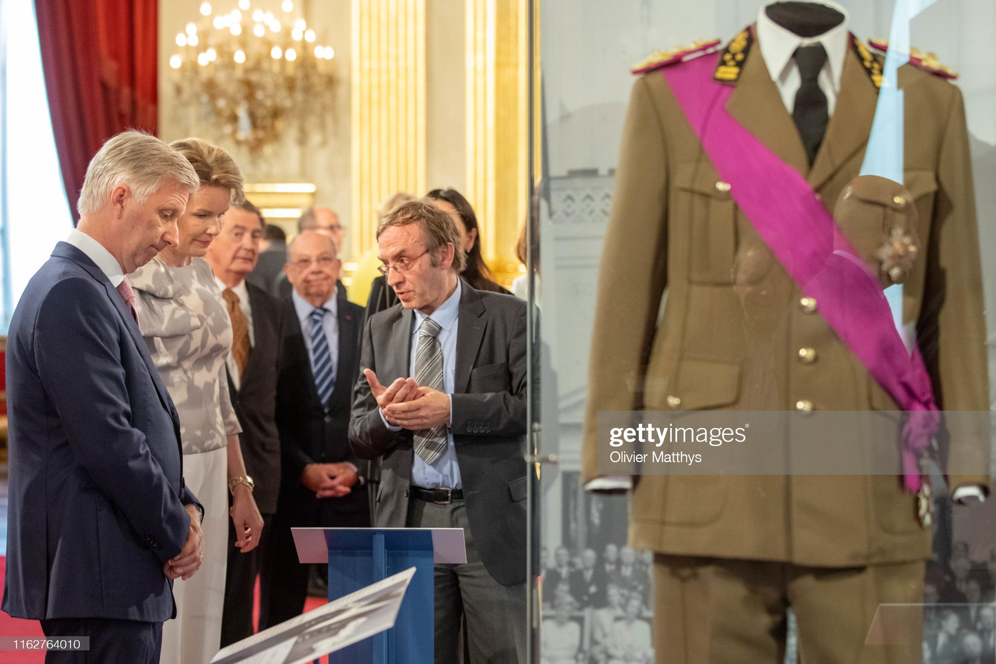 CASA REAL BELGA - Página 54 King-philippe-of-belgium-and-queen-mathilde-look-at-the-uniform-of-picture-id1162764010?s=2048x2048