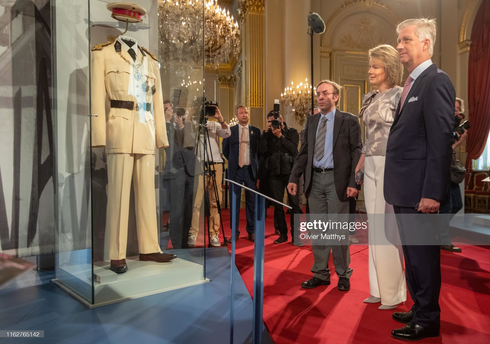CASA REAL BELGA - Página 54 King-philippe-of-belgium-and-queen-mathilde-look-at-the-white-uniform-picture-id1162765142?s=2048x2048