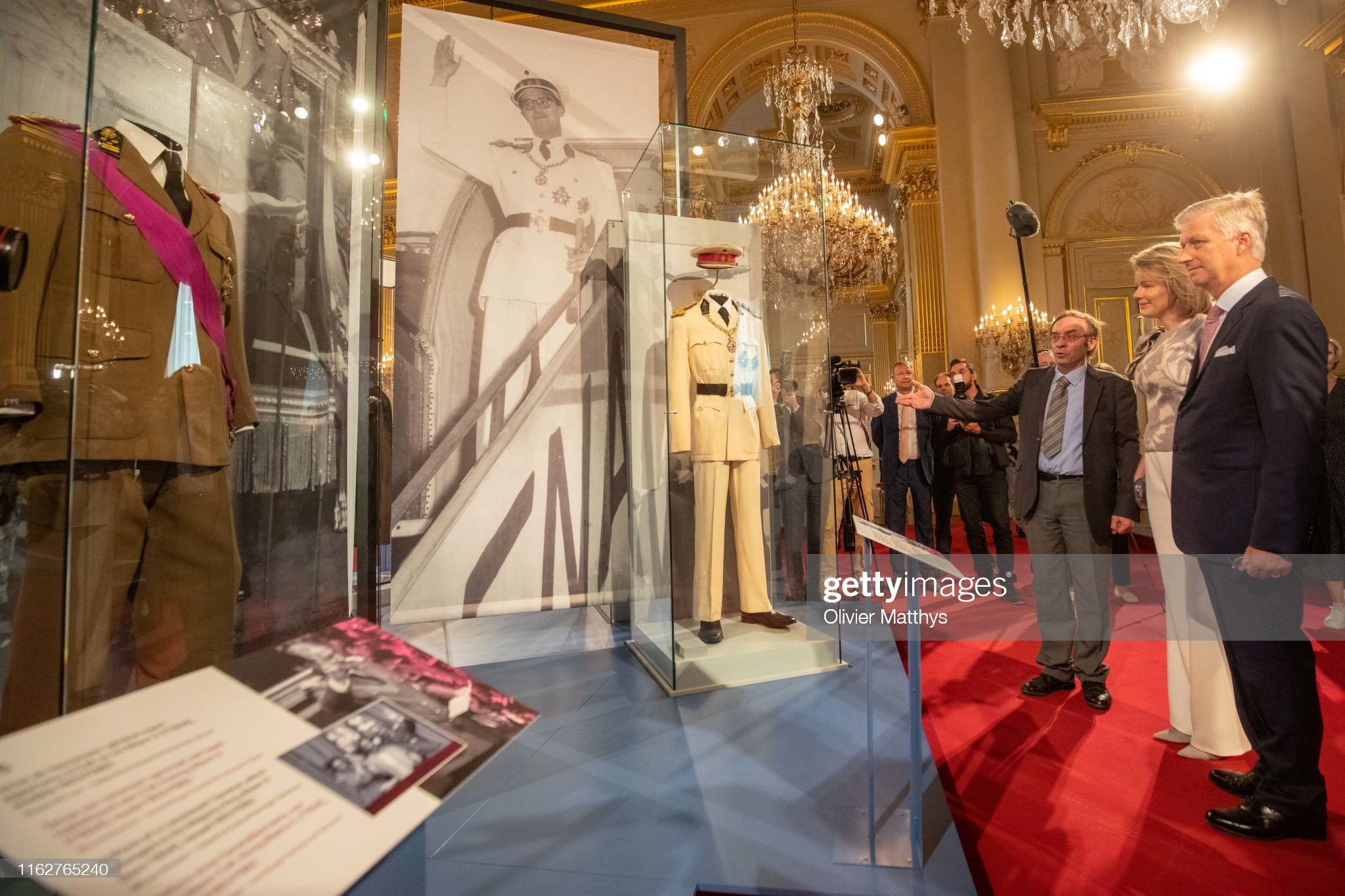 CASA REAL BELGA - Página 54 King-philippe-of-belgium-and-queen-mathilde-look-at-the-white-uniform-picture-id1162765240?s=2048x2048
