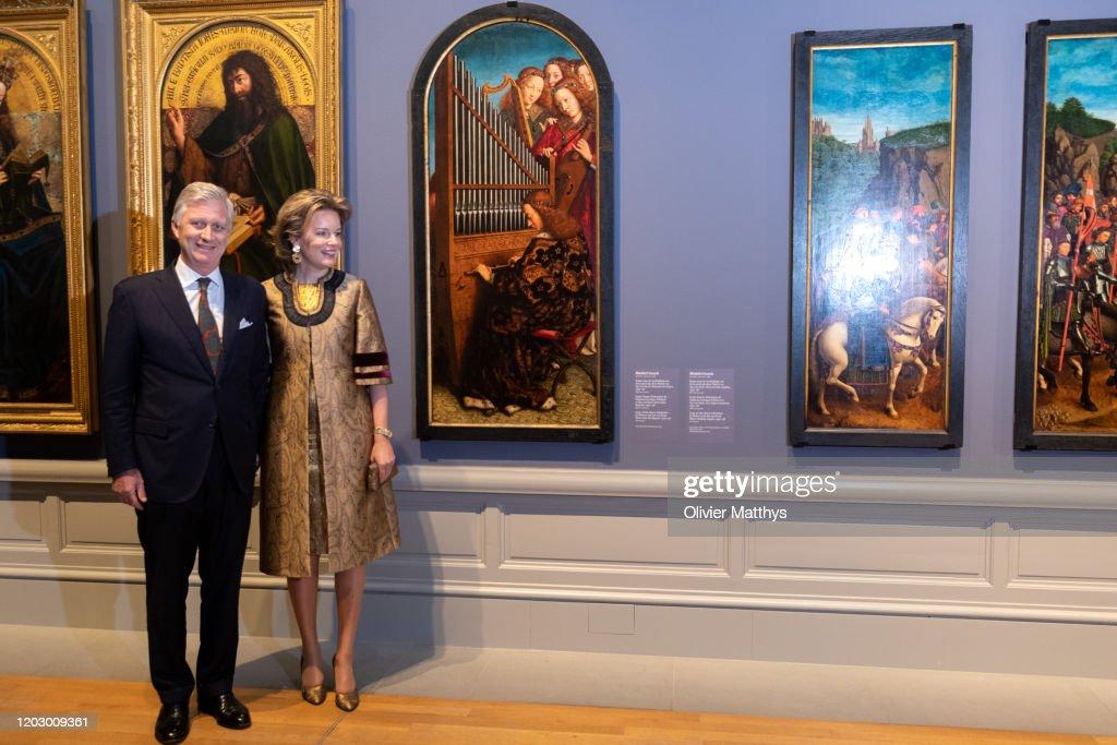 "King Philippe Of Belgium And Queen Mathilde visit the ""Van Eyck An Optical Revolution"" Exhibition At The Museum Of Fine Art : Fotografía de noticias"