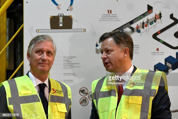 King Philippe pictured with Arnaud Feist visiting the new baggage handling system developped by Deloitte Company