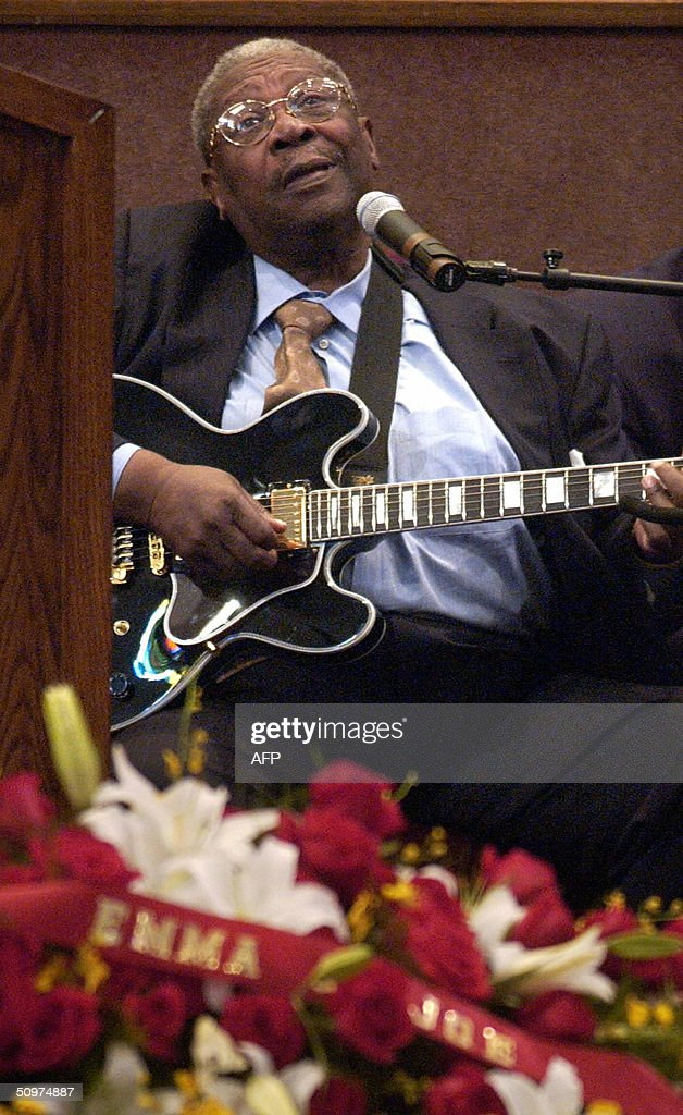 bb king plays the guitar over the casket of music legend ray charles news photo getty images. Black Bedroom Furniture Sets. Home Design Ideas
