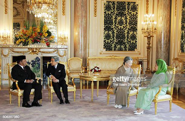 King Syed Sirajuddin of Malaysia talks with Emperor Akihito of Japan while Queen Tuanku Fauziah talks with Empress Michiko during their meeting at...