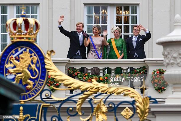 king willem-alexander und queen máxima winkt der öffentlichkeit - den haag stock-fotos und bilder