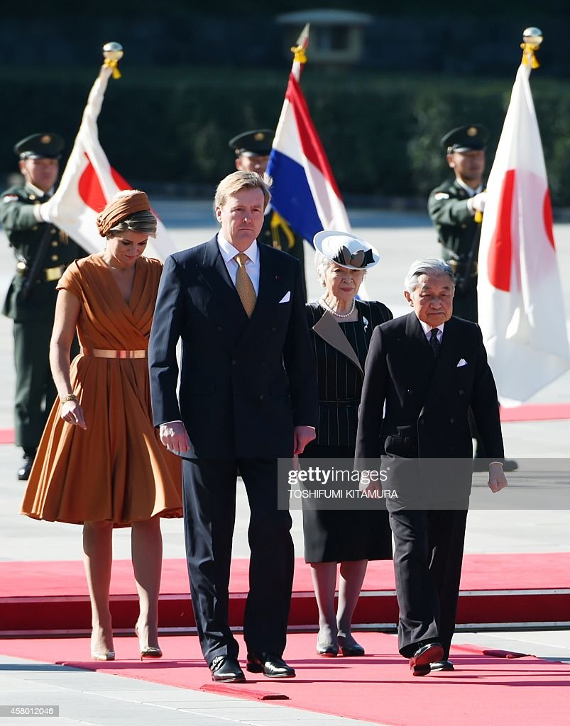 King Willem-Alexander of Netherlands (2nd L) and Queen Maxima (L) walk with Japanese Emperor Akihito (R) and Empress Michiko (2nd R) during their welcoming ceremony at the Imperial Palace in Tokyo on October 29, 2014. Dutch King Willem-Alexander and Queen Maxima are here for a four-day state visit.