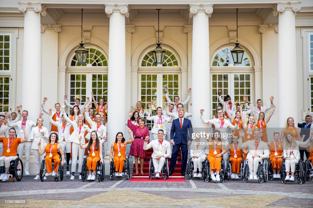 King Willem-Alexander Of The Netherlands And Princess Margriet Welcome Paralympic Winners At Palace Noordeinde : Nieuwsfoto's