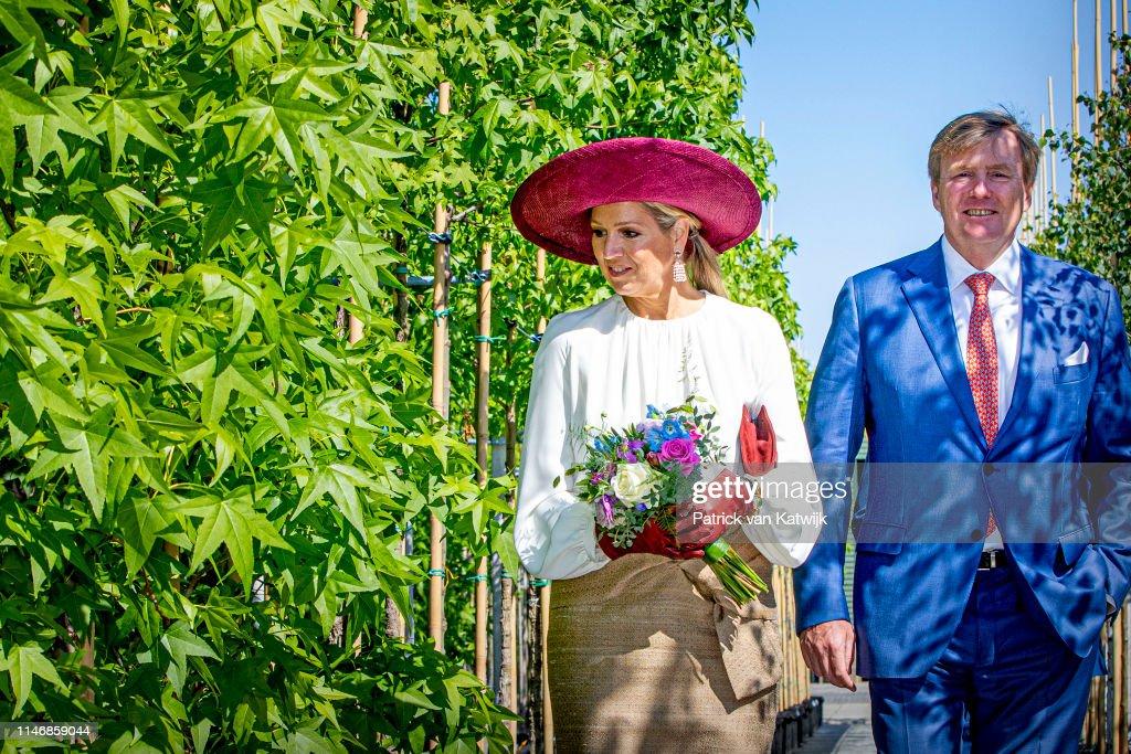 King Willem-Alexander Of The Netherlands & Queen Maxima Of The Netherlands Visit Betuwe : Nieuwsfoto's