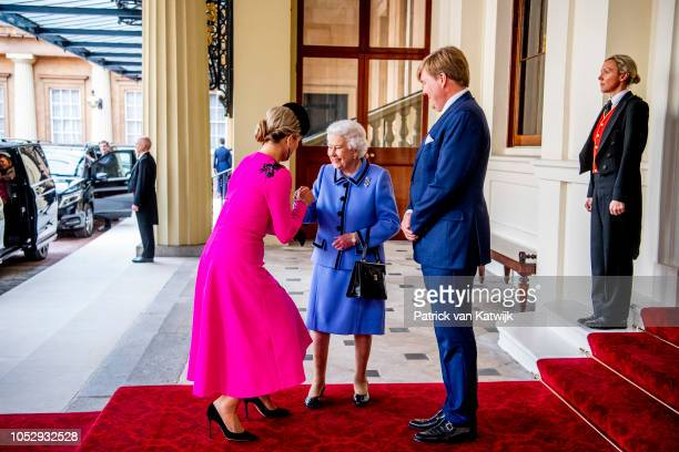 King WillemAlexander of The Netherlands and Queen Maxima of The Netherlands and Queen Elizabeth II during a short farewell ceremony on October 24...