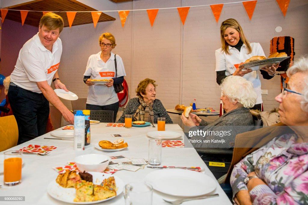 King Willem Alexander Of The Netherlands And Queen Maxima Volunteer During The NL Doet At Pijnacker : Nieuwsfoto's