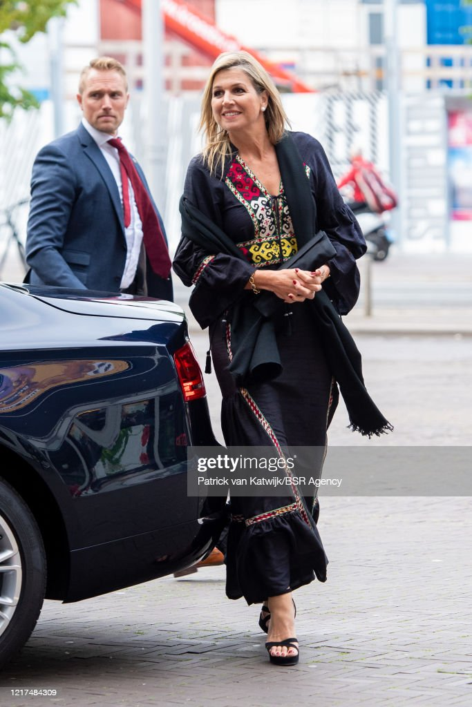 King Willem-Alexander And Queen Maxima Visit National Theater In The Hague : Foto di attualità