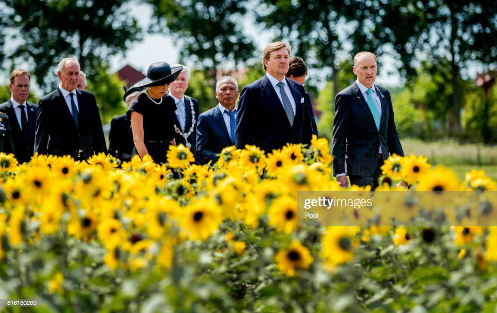 King Willem-Alexander and Queen Maxima Attends MH17 Remembrance Ceremony in Vijfhuizen : Nieuwsfoto's