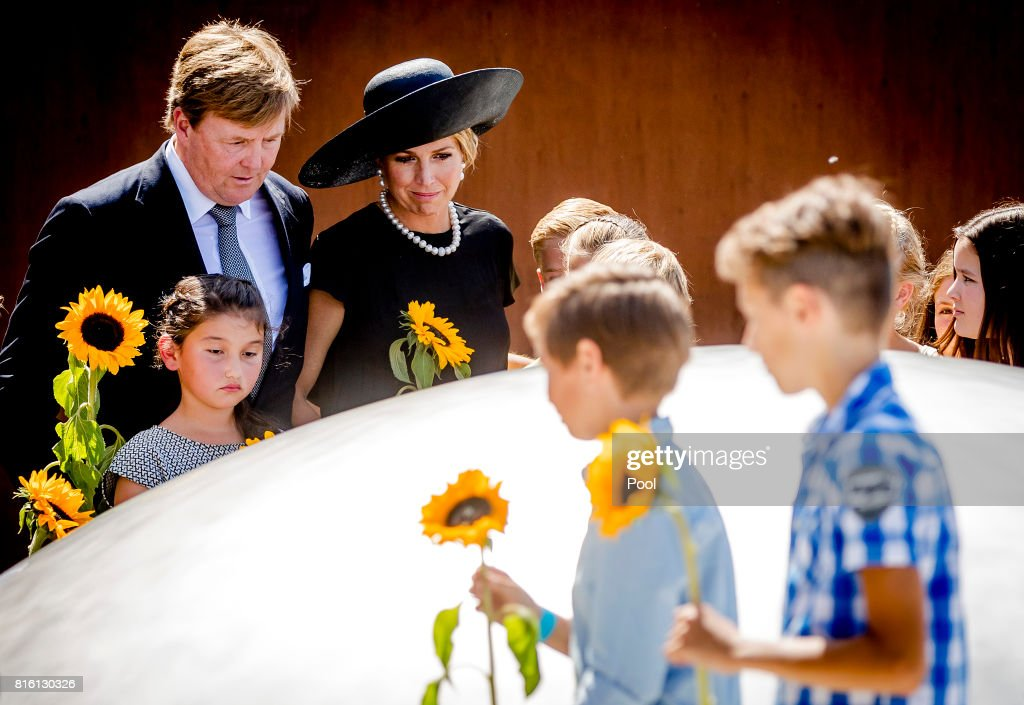 King Willem-Alexander and Queen Maxima Attends MH17 Remembrance Ceremony in Vijfhuizen : ニュース写真