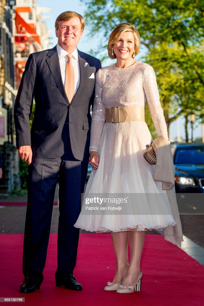 King Willem-Alexander and Queen Maxima at concert of liberation at Amstel river : Nieuwsfoto's