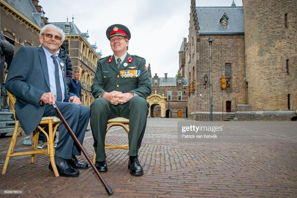 King Willem-Alexander Of The Netherlands Attends Annual Veteransday In The Hague : Nieuwsfoto's