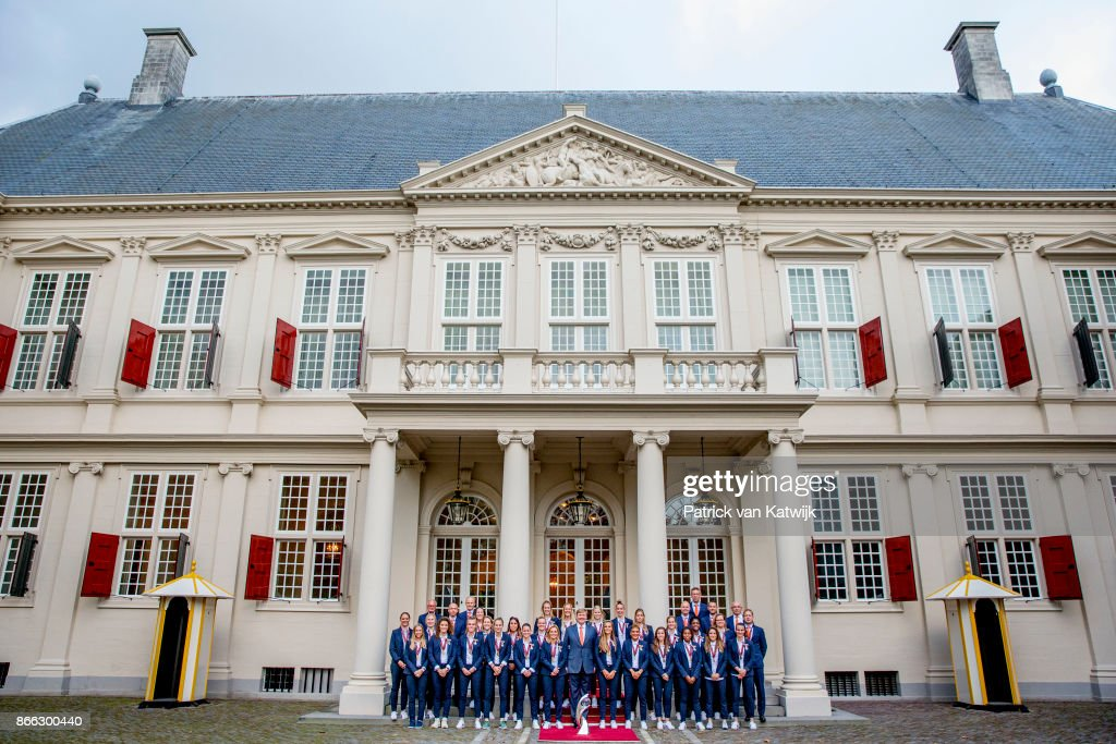 King Willem-Alexander Of The Netherlands Welcomes European Football Cup Winners For Ladies At  Noordeinde Palace in The Hague : Fotografía de noticias