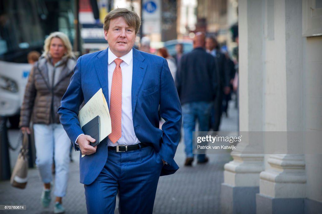 King Willem-Alexander  Of the Netherlands At Palace Noordeinde In The Hague : Nieuwsfoto's