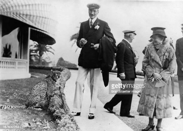King X of Denmark with an circus cheetah in Cannes Photograph About 1936 König Christian X von Dänemark mit einem ZirkusGeparden in Cannes...