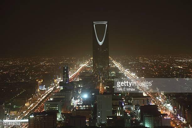 kingdom centre at night, riyadh, saudi arabia - riyadh - fotografias e filmes do acervo
