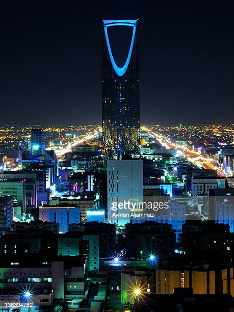 kingdom tower at night - tower stock pictures, royalty-free photos & images