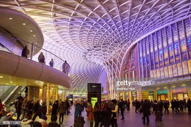 king's cross station concourse at night. - キングスクロス駅 ストックフォトと画像