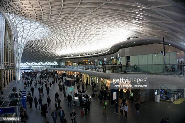 kings cross station departure concourse, london - キングスクロス駅 ストックフォトと画像