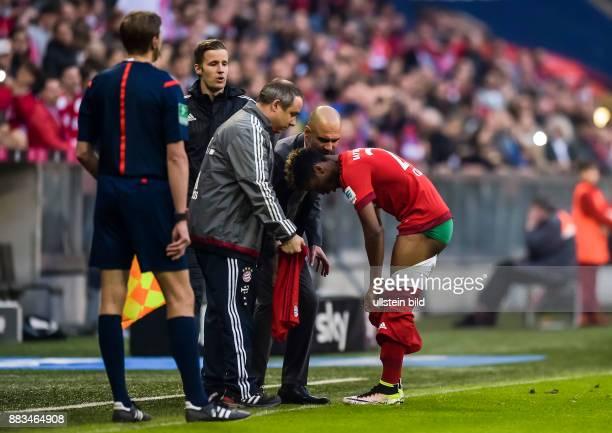 Kingsley Roman wechselt die Hose waehrend Cheftrainer Josep Pep Guardiola ihm Anweisungen gibt waehrend dem Fussball Bundesliga Spiel FC Bayern...